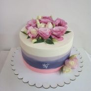 Birthday-cream- cake- with- natural- flowers-www.cakebama.com